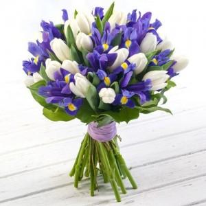 Букет из ирисов и белых тюльпанов.